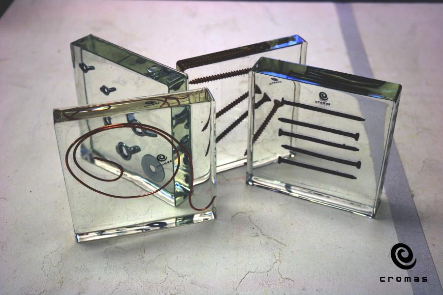 Resina epoxi transparente, espesores de 2-3cm y pequeños encapsulados.